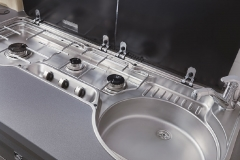 Practical hob/sink combination with more work surface